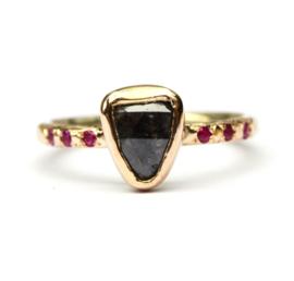 Ring met donkergrijze diamant en robijnen