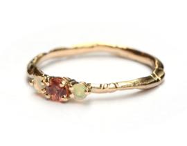 Grillige ring met oranje saffier en opaaltjes