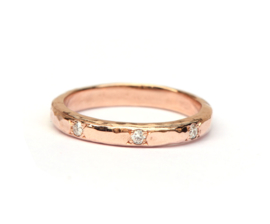 Gehamerde ring met diamanten