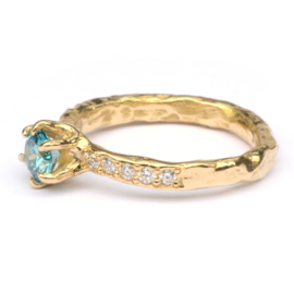 Grillige chatonring met ocean blue diamant