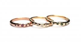 Ring met vijf groene diamantjes