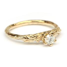 Ring met grillige blaadjes en diamant