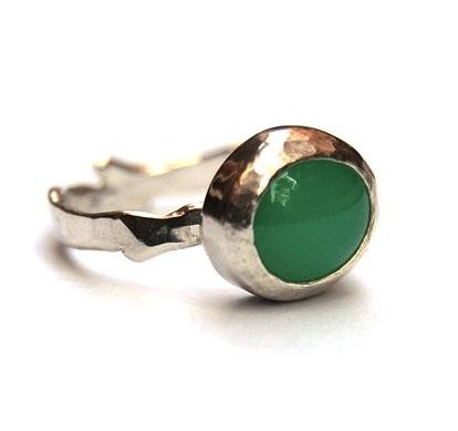 Ring met groene chalcedoon