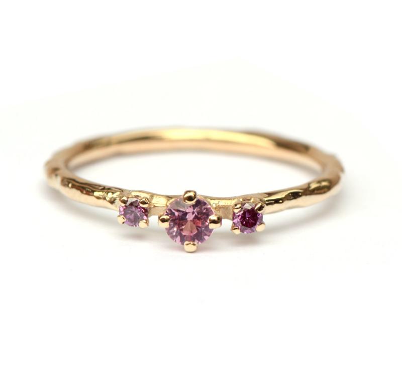 Fijne ring met roze saffier en paarse diamantjes