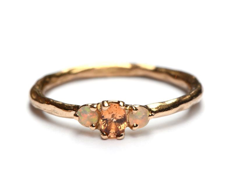 Ring met oranje saffier en opaaltjes