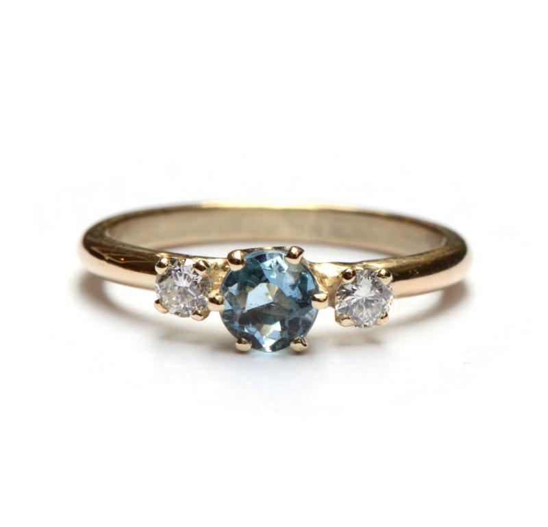 Ring met blauwe topaas en diamant