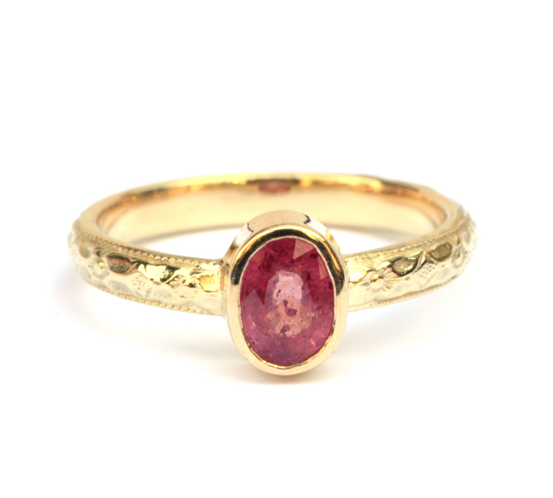 Ring met ovale robijn