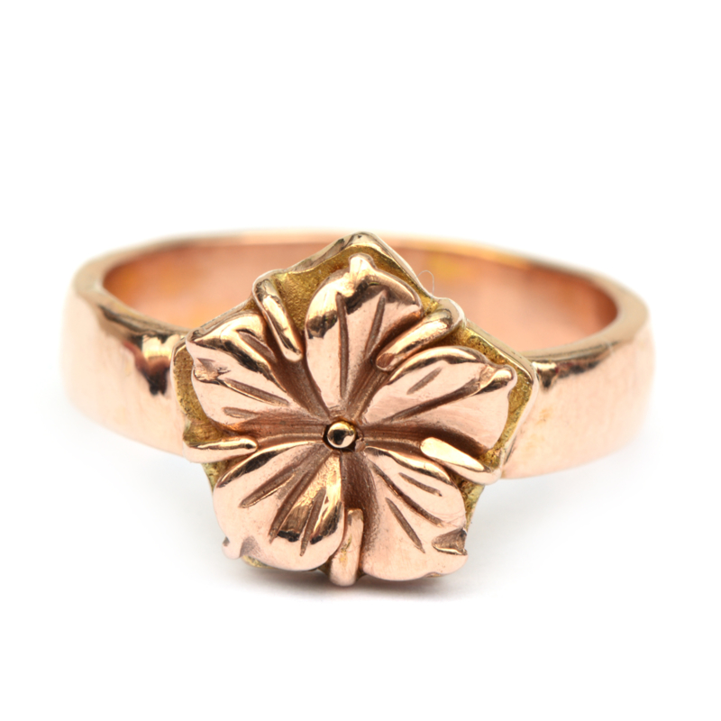 Ring met hibiscus bloem