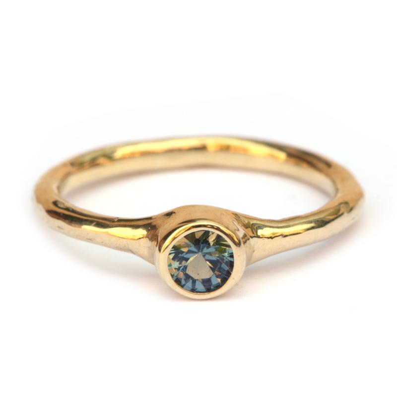Ring met grijsblauwe spinel