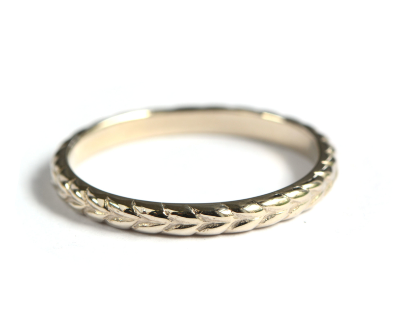 Ring woven in witgoud
