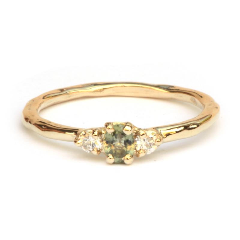 Licht grillige ring met groene saffier en twee diamanten