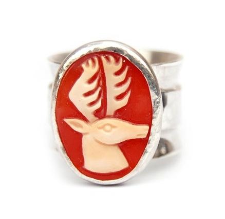 Ring met grote hertcamee