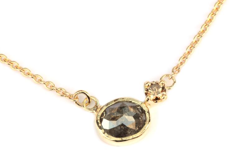 Collier met twee diamanten