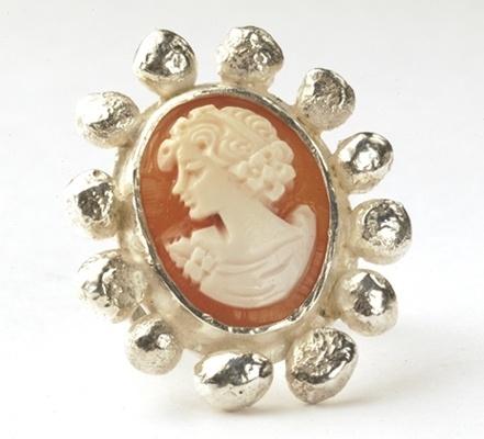 Ring met grote camee en bollen rondom