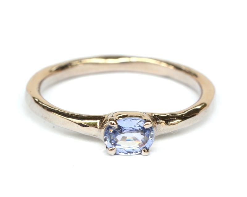 Witgouden ring met lichtblauwe saffier