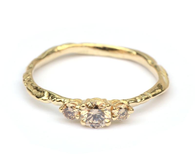 Fijne grillige takjesring met light brown diamanten