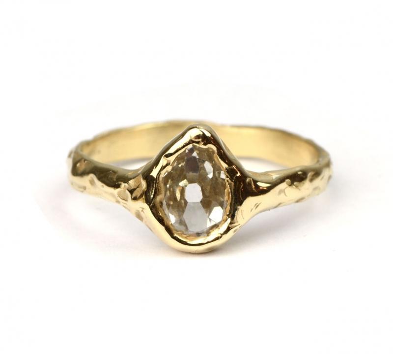 Ring met druppelvormige diamant