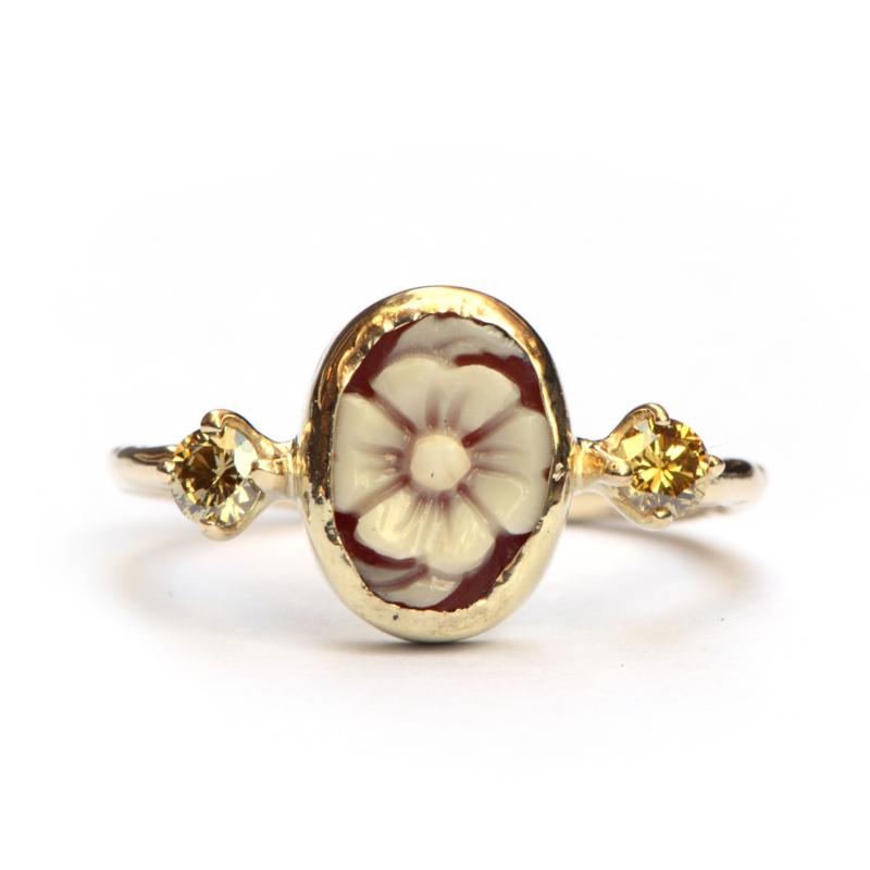 Ring met bloemcamee en olijfgroene diamanten