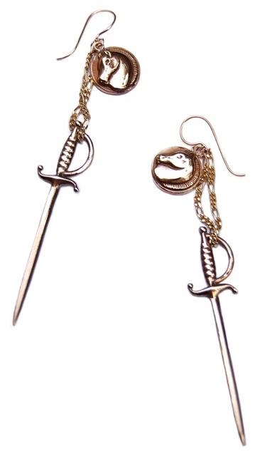 Oorhangers paardjes en zwaard brons