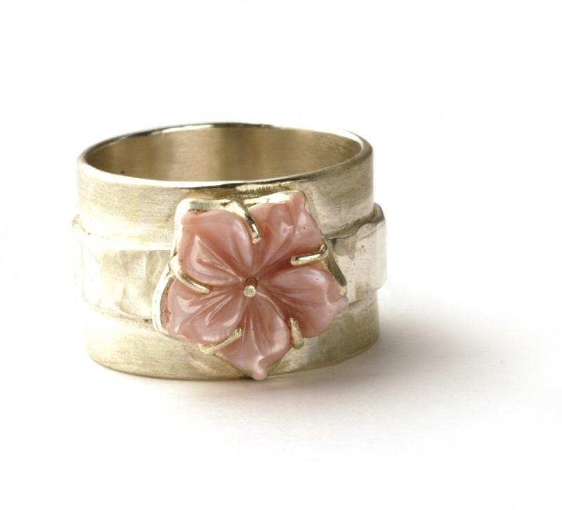 Brede ring met roze bloem