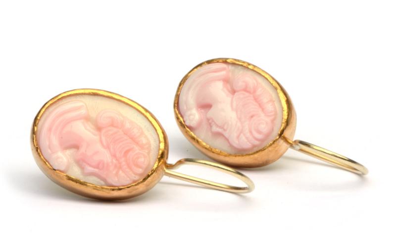 Oorhangers met roze schelpcamees