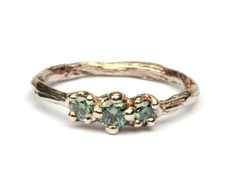 Champagnegouden Twiggy ring met donkergroene diamanten