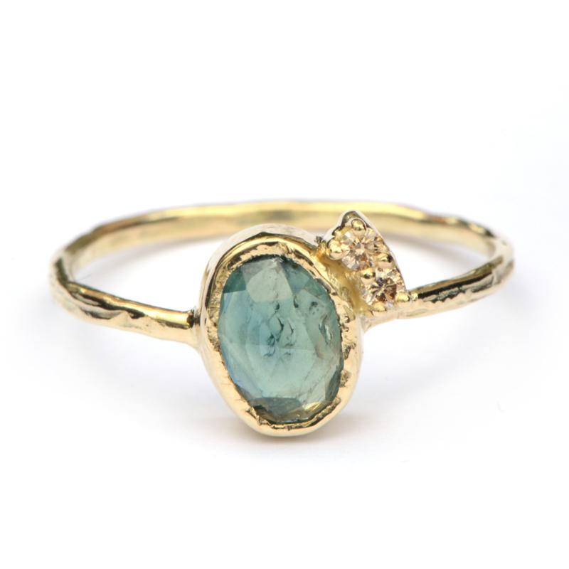 Ring met groenblauwe saffier en diamantjes