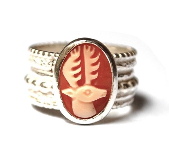 Zilveren ring met hertcamee