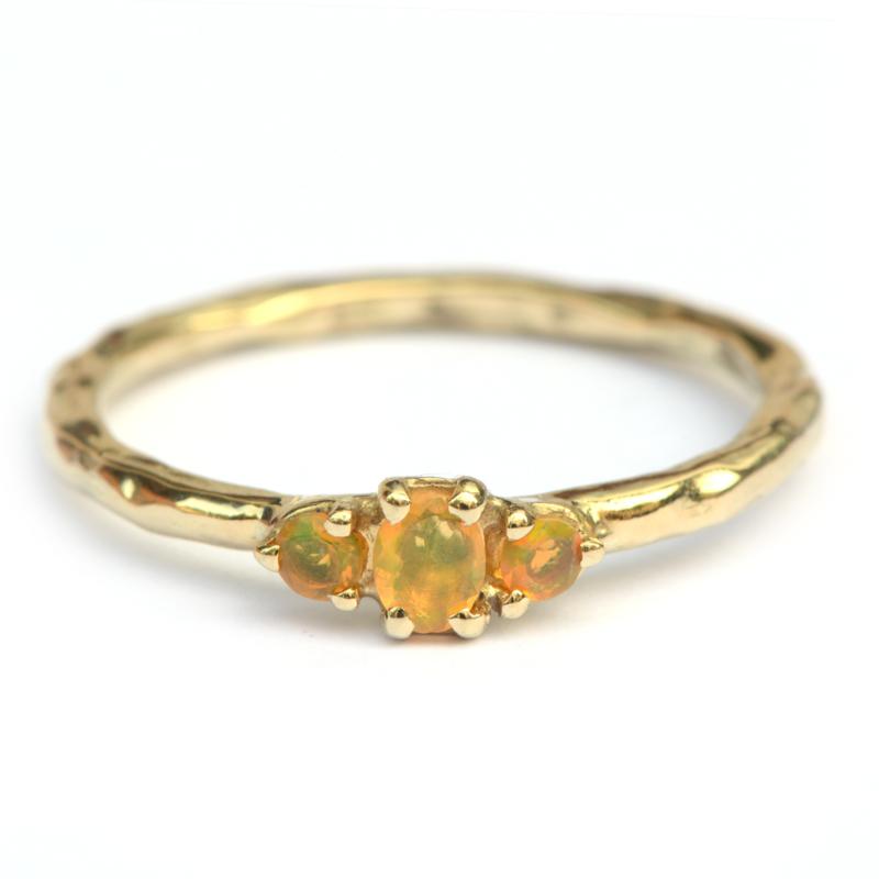 Ring met drie opaaltjes