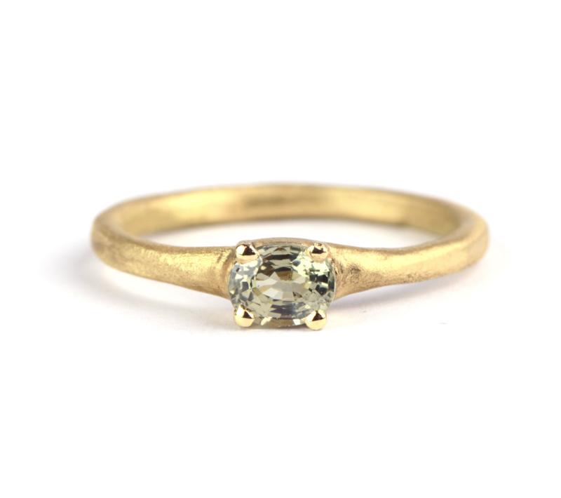 Ring met ovale groene saffier