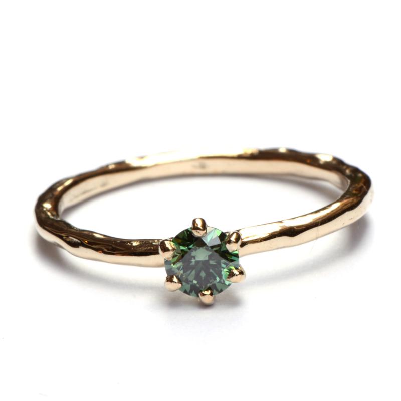 Ring met groene diamant