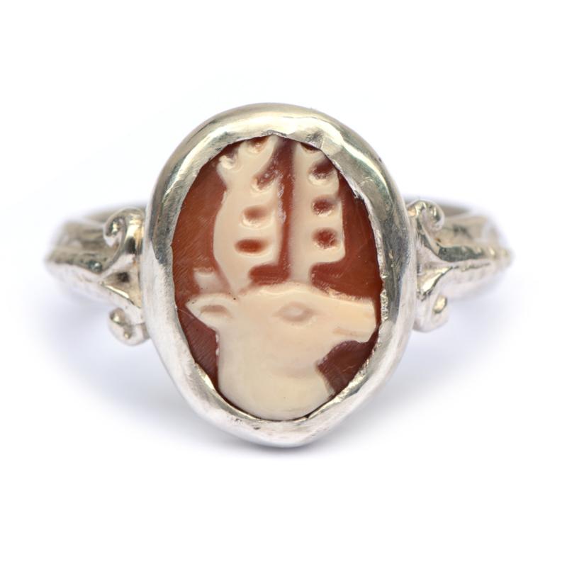 Ring met hertcamee en ornamentjes