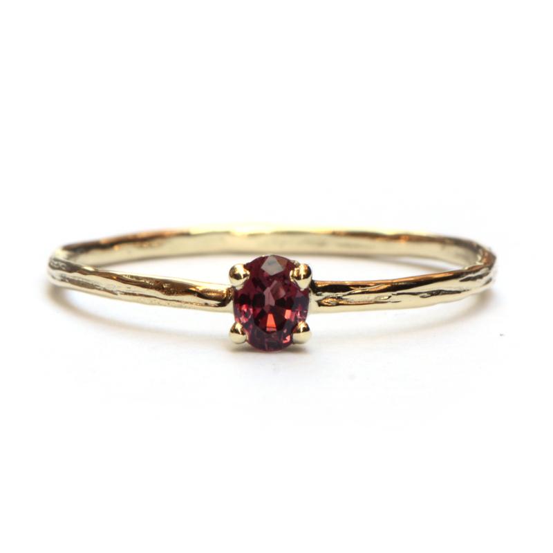 Fijne ring met rode saffier