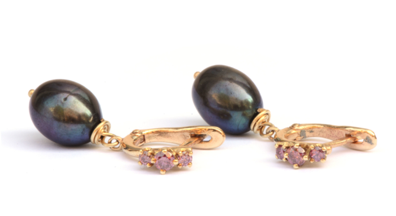 Sierlijke oorhangers met framboise diamant en parels