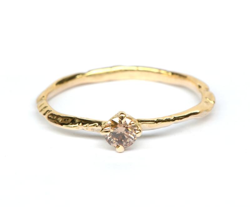 Fijne takjesring met natural brown diamant