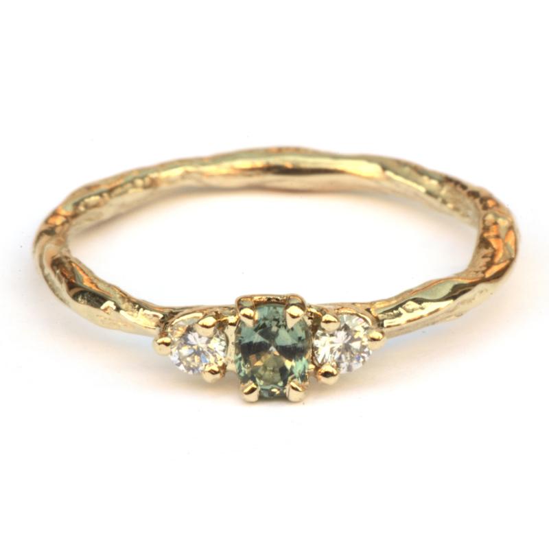 Twig ring met groene saffier en diamant