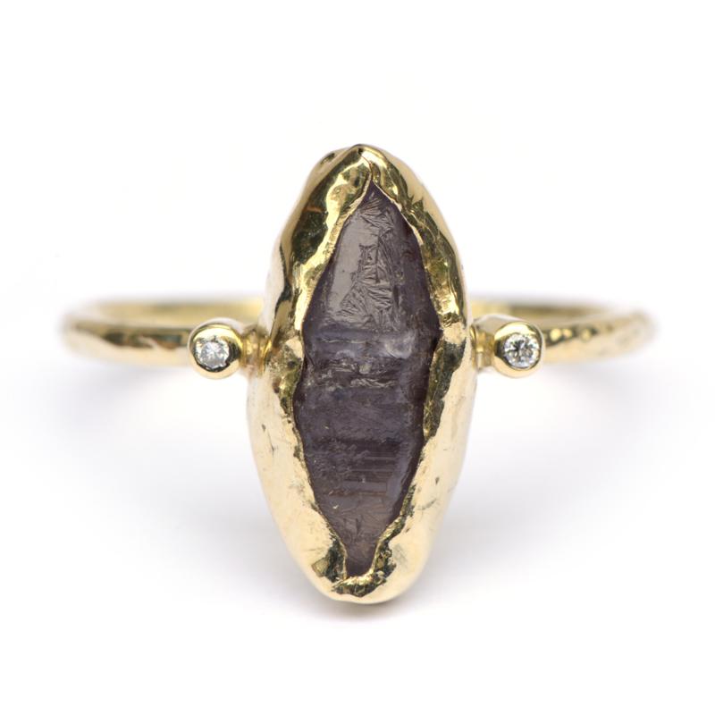 Ring met ruwe saffier en diamantjes
