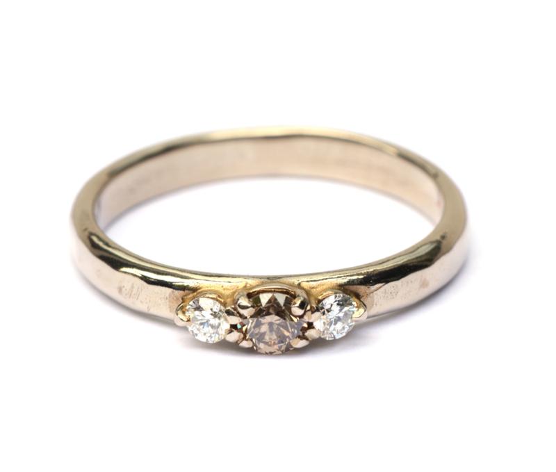 Witgouden ring met bruine en witte diamanten
