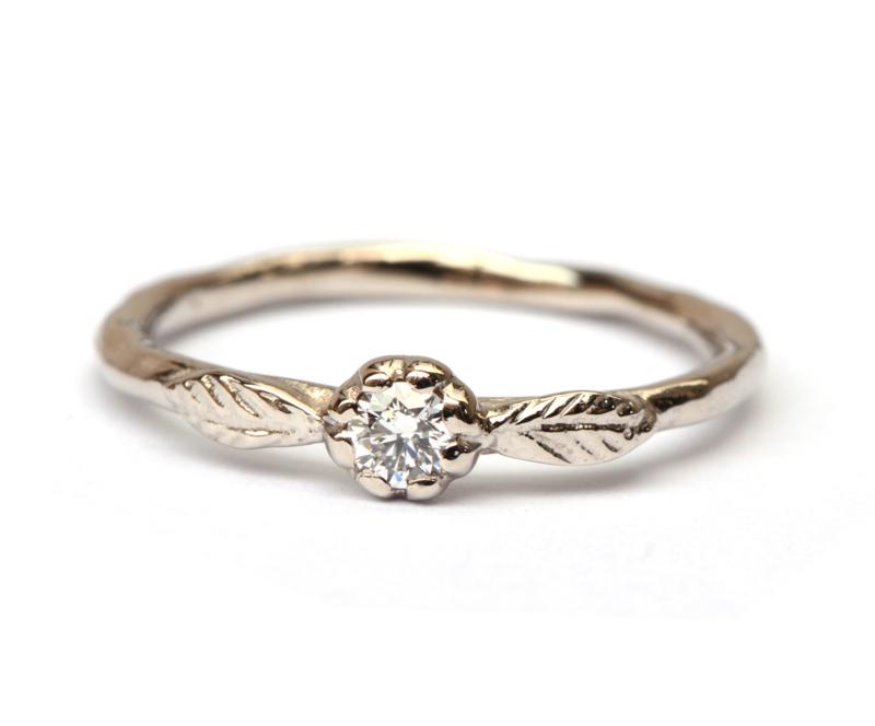 Witgouden ring met diamant in bloemzetting