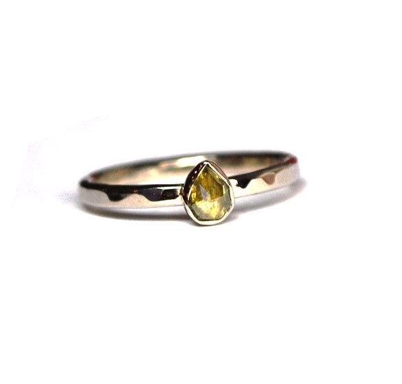 Witgouden ring met natuurlijke groene diamant