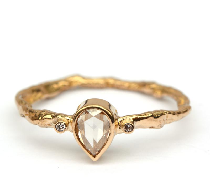 Organische ring met druppelvormige diamant