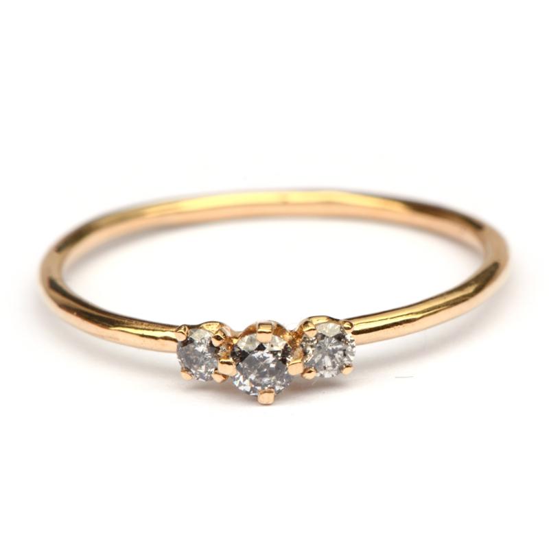 Fijne ring met drie salt & pepper diamanten