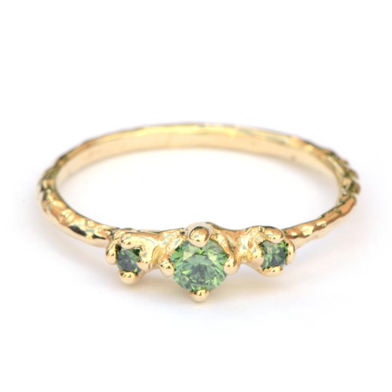 Verlovingsring met groenen diamanten