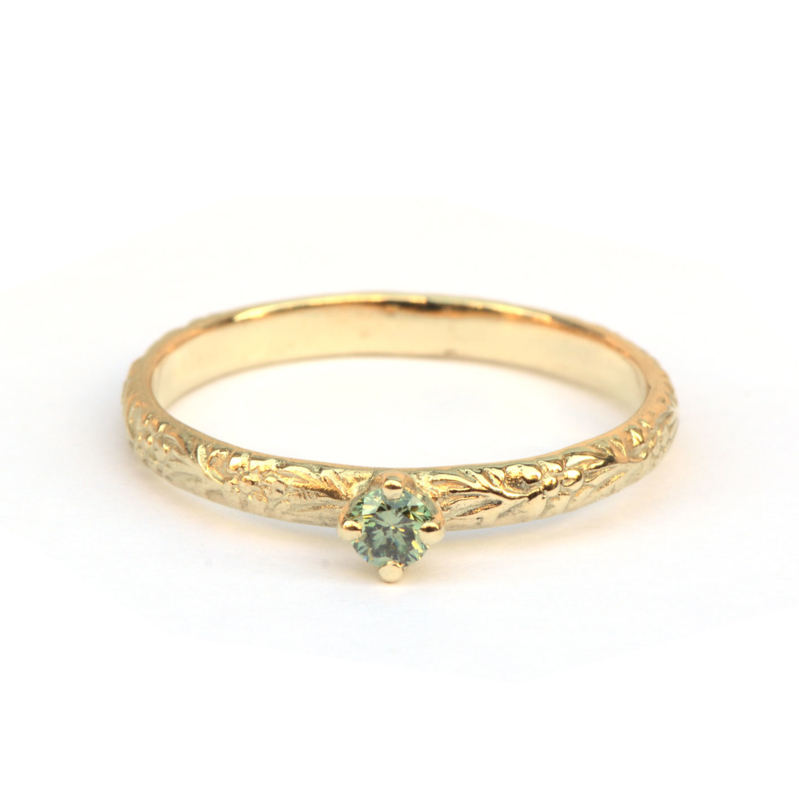 Bloemmotief ring met mintgroene diamant