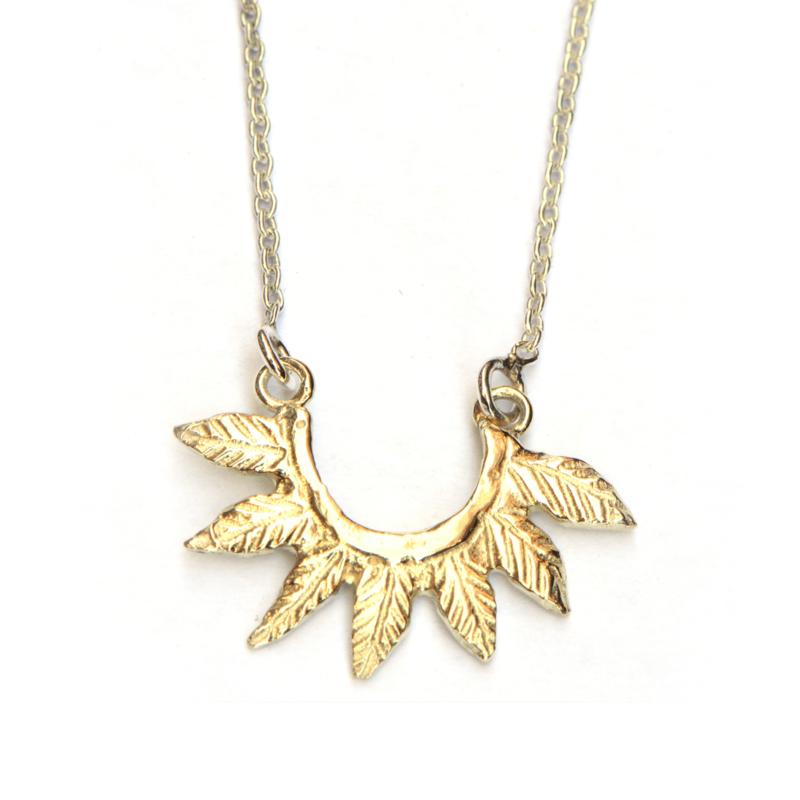 Zilveren collier met  gouden blaadjestooi