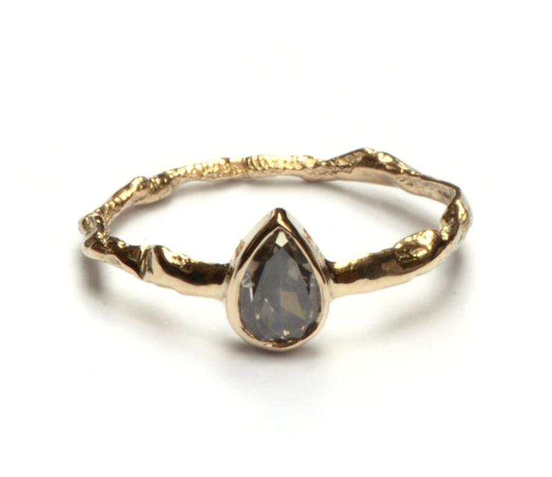 Verlovingsring met grijze druppeldiamant