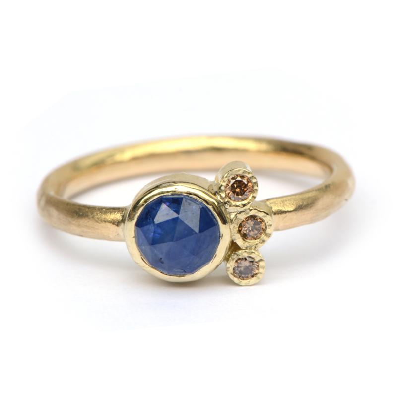 Ring met ronde saffier en diamantjes