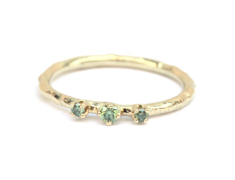 Fijne ring met groene diamantjes
