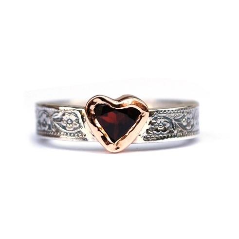 Ring met zilveren bloemenband en hart