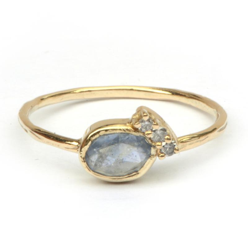 Ring met grijsblauwe saffier en diamantjes